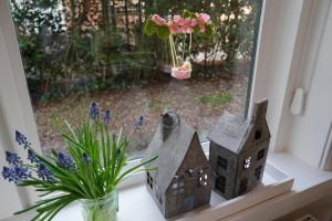 appelbloesem van vilt voor het raam - Het Vrolijke Nest